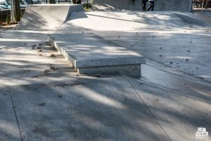 Concrete skatepark adapted to skateboarders and roller-skaters