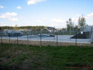 Skatepark w Poniatowej z nawierzchnia betonowa.