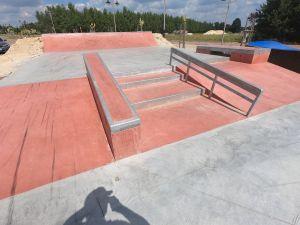 Widok na przeszkody w skateparku w Sławnie