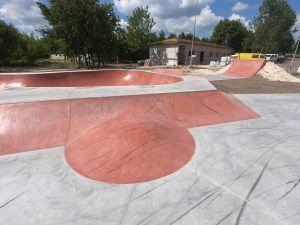 Widok na skatepark betonowy w Sławnie