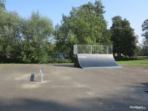Wooden Quarter pipe and simple small rail